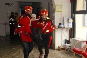 alluvione modena vigili del fuoco nonnina evacuata