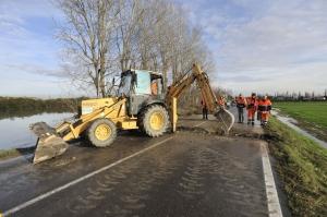 Sulla Canaletto asfalto rimosso per consentire il deflusso delle acque