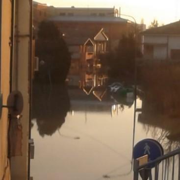 Cala il tramonto su Bomporto alluvionata